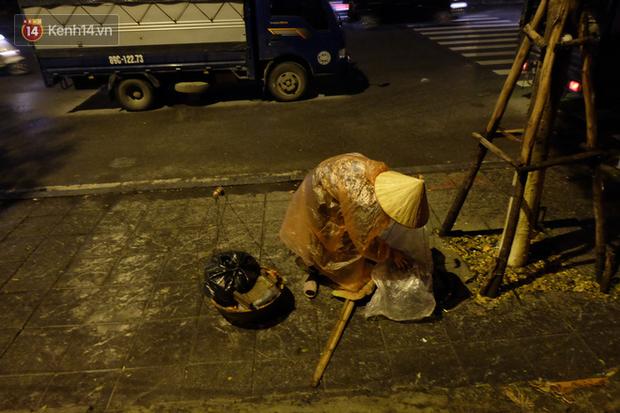 Xót xa cảnh người vô gia cư trùm chăn ngủ vỉa hè trong cái lạnh thấu xương giữa đêm đông Hà Nội - Ảnh 5.