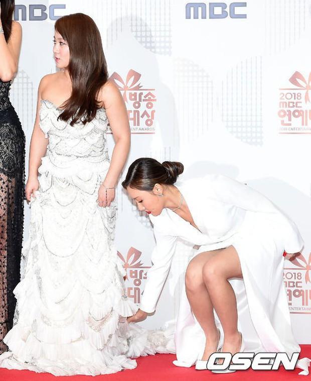 Thảm đỏ MBC Entertainment Awards: Kim So Hyun đẹp đỉnh cao, đánh bật cả Yuri và dàn mỹ nhân khoe body xôi thịt - Ảnh 23.