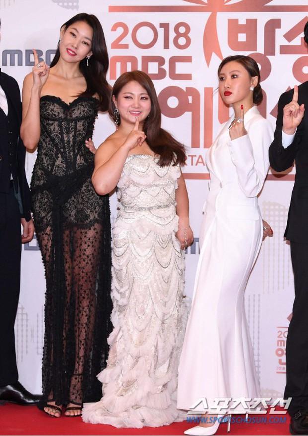 Thảm đỏ MBC Entertainment Awards: Kim So Hyun đẹp đỉnh cao, đánh bật cả Yuri và dàn mỹ nhân khoe body xôi thịt - Ảnh 18.