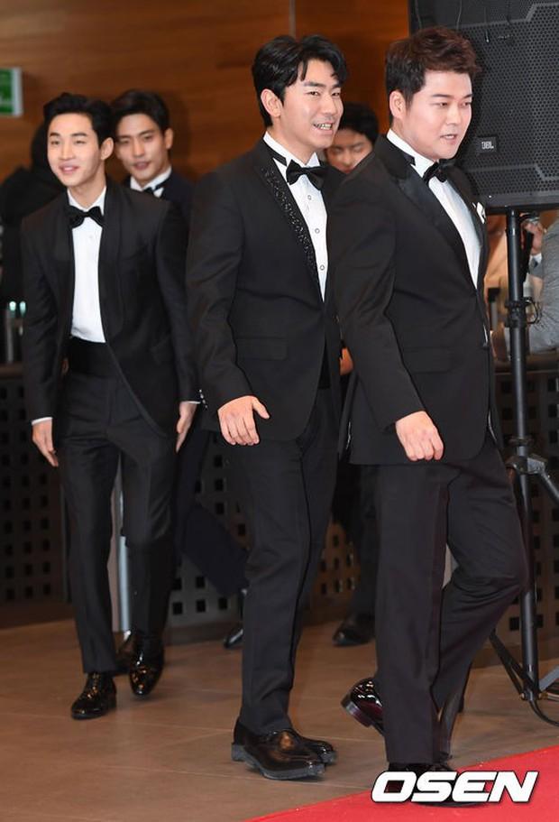 Thảm đỏ MBC Entertainment Awards: Kim So Hyun đẹp đỉnh cao, đánh bật cả Yuri và dàn mỹ nhân khoe body xôi thịt - Ảnh 16.