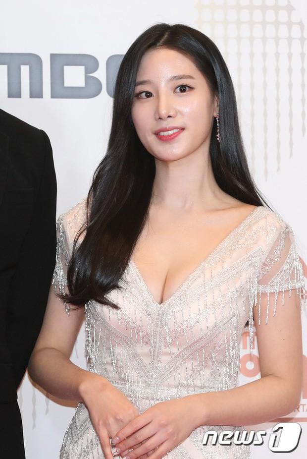 Thảm đỏ MBC Entertainment Awards: Kim So Hyun đẹp đỉnh cao, đánh bật cả Yuri và dàn mỹ nhân khoe body xôi thịt - Ảnh 28.