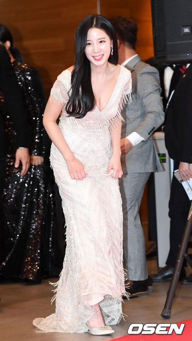Thảm đỏ MBC Entertainment Awards: Kim So Hyun đẹp đỉnh cao, đánh bật cả Yuri và dàn mỹ nhân khoe body xôi thịt - Ảnh 27.