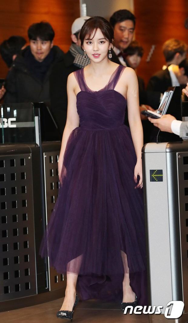 Thảm đỏ MBC Entertainment Awards: Kim So Hyun đẹp đỉnh cao, đánh bật cả Yuri và dàn mỹ nhân khoe body xôi thịt - Ảnh 1.