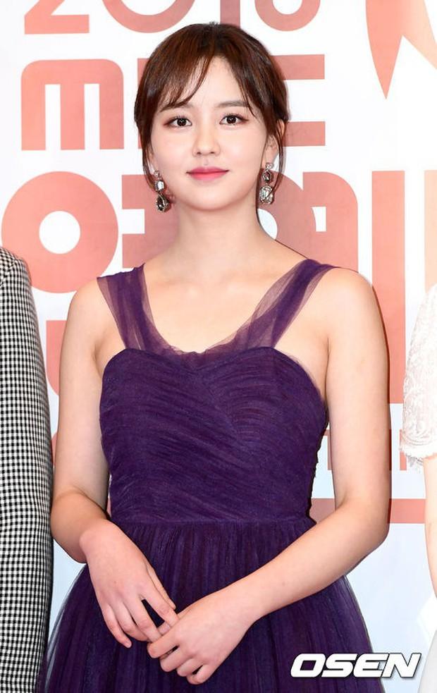 Thảm đỏ MBC Entertainment Awards: Kim So Hyun đẹp đỉnh cao, đánh bật cả Yuri và dàn mỹ nhân khoe body xôi thịt - Ảnh 4.
