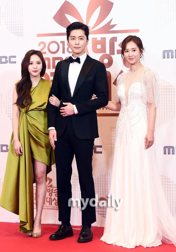 Thảm đỏ MBC Entertainment Awards: Kim So Hyun đẹp đỉnh cao, đánh bật cả Yuri và dàn mỹ nhân khoe body xôi thịt - Ảnh 9.