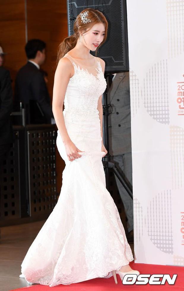Thảm đỏ MBC Entertainment Awards: Kim So Hyun đẹp đỉnh cao, đánh bật cả Yuri và dàn mỹ nhân khoe body xôi thịt - Ảnh 14.