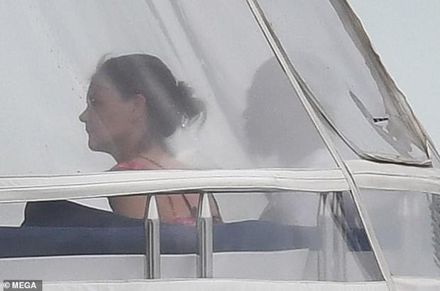 Đi nghỉ mát cùng bạn trai Jamie Foxx, Katie Holmes mặc bikini khoe bụng phẳng lỳ đáng ghen tị ở tuổi 40 - Ảnh 8.