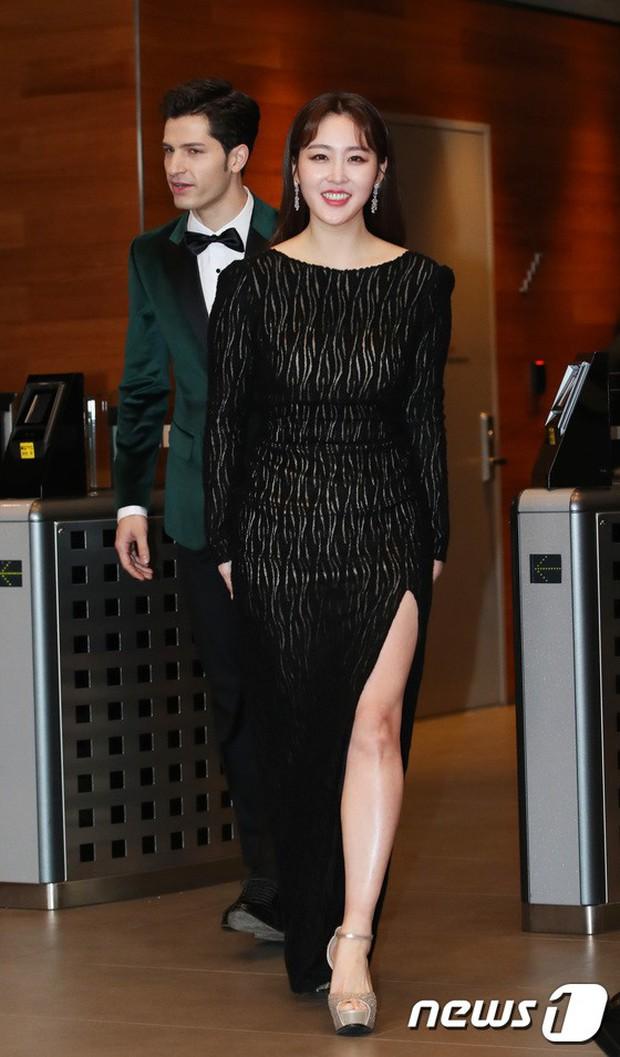 Thảm đỏ MBC Entertainment Awards: Kim So Hyun đẹp đỉnh cao, đánh bật cả Yuri và dàn mỹ nhân khoe body xôi thịt - Ảnh 30.