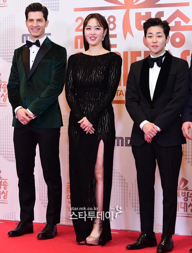 Thảm đỏ MBC Entertainment Awards: Kim So Hyun đẹp đỉnh cao, đánh bật cả Yuri và dàn mỹ nhân khoe body xôi thịt - Ảnh 29.