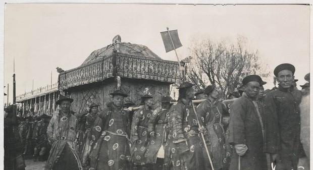 Ảnh hiếm trong tang lễ Từ Hi thái hậu qua ống kính phóng viên Hà Lan: Xa hoa bậc nhất, đoàn người đưa tiễn dài vô tận - Ảnh 10.