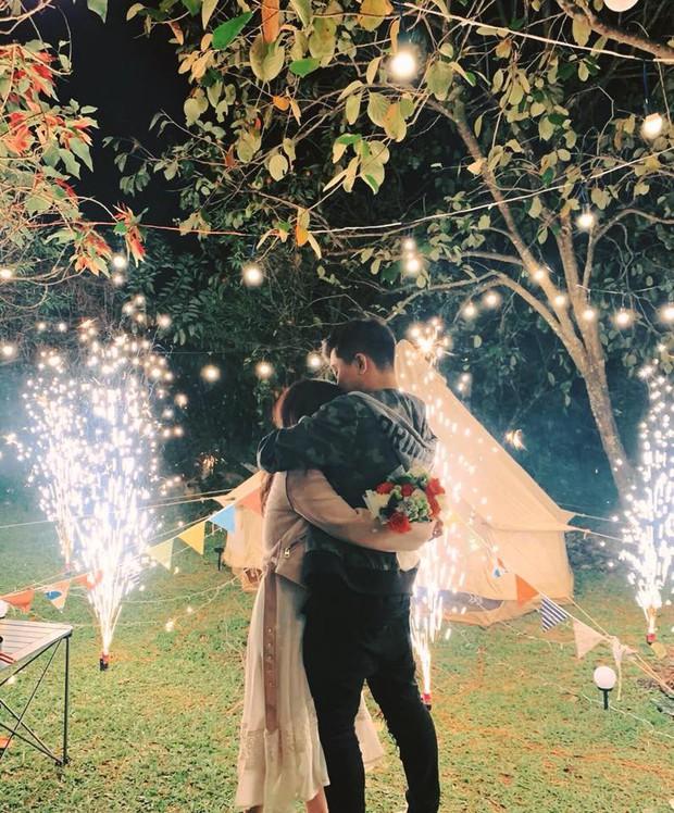 Sau lễ ăn hỏi bí mật, MiA hé lộ loạt ảnh được ông xã tương lai cầu hôn đầy lãng mạn và độc đáo - Ảnh 3.