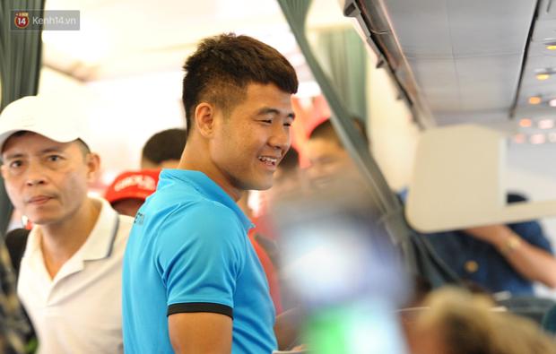 Đội tuyển Việt Nam được ưu tiên nhập cảnh khi về tới Hà Nội - Ảnh 2.