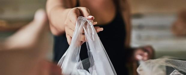 Trong vòng 3 tháng nước Úc đã cắt giảm được đến 80% túi nhựa và đây là cách họ làm được điều đó - Ảnh 1.