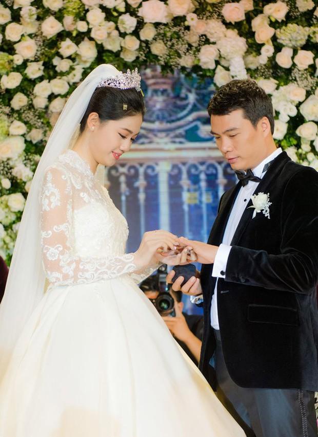 Đám cưới Á hậu Thanh Tú: Loạt khoảnh khắc hạnh phúc thay tuyên ngôn tình yêu của cặp đôi hơn kém 16 tuổi - Ảnh 3.