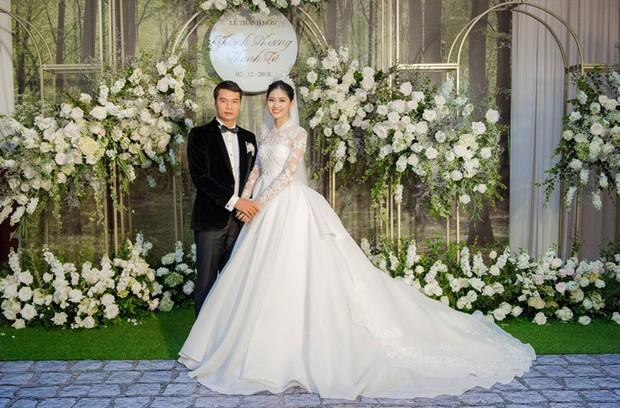 Đám cưới Á hậu Thanh Tú: Loạt khoảnh khắc hạnh phúc thay tuyên ngôn tình yêu của cặp đôi hơn kém 16 tuổi - Ảnh 1.