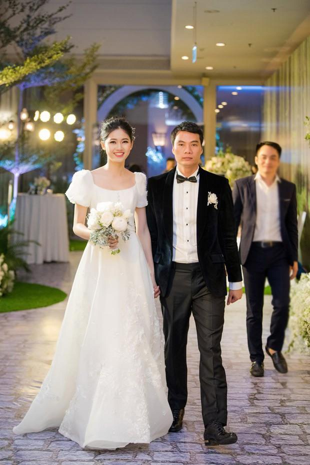 Đám cưới Á hậu Thanh Tú: Loạt khoảnh khắc hạnh phúc thay tuyên ngôn tình yêu của cặp đôi hơn kém 16 tuổi - Ảnh 6.