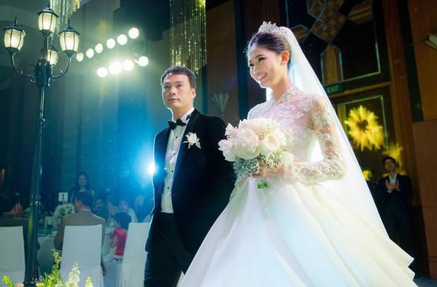 Đám cưới Á hậu Thanh Tú: Loạt khoảnh khắc hạnh phúc thay tuyên ngôn tình yêu của cặp đôi hơn kém 16 tuổi - Ảnh 2.