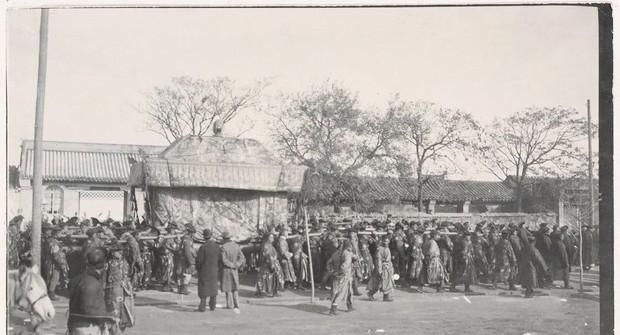 Ảnh hiếm trong tang lễ Từ Hi thái hậu qua ống kính phóng viên Hà Lan: Xa hoa bậc nhất, đoàn người đưa tiễn dài vô tận - Ảnh 7.