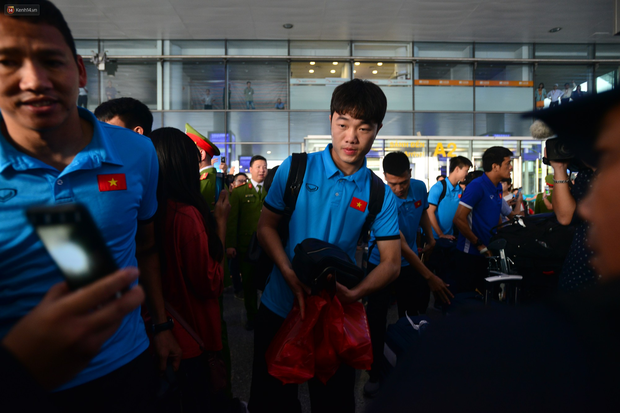 Đội tuyển Việt Nam được ưu tiên nhập cảnh khi về tới Hà Nội - Ảnh 4.