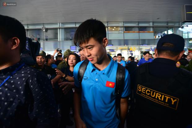 Đội tuyển Việt Nam được ưu tiên nhập cảnh khi về tới Hà Nội - Ảnh 5.