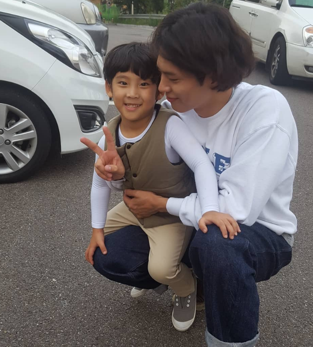 Không chỉ dịu dàng trên phim, Park Bo Gum còn là anh chú cực thân thiện ở hậu trường Encounter - Ảnh 8.