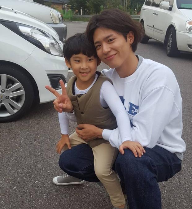 Không chỉ dịu dàng trên phim, Park Bo Gum còn là anh chú cực thân thiện ở hậu trường Encounter - Ảnh 7.