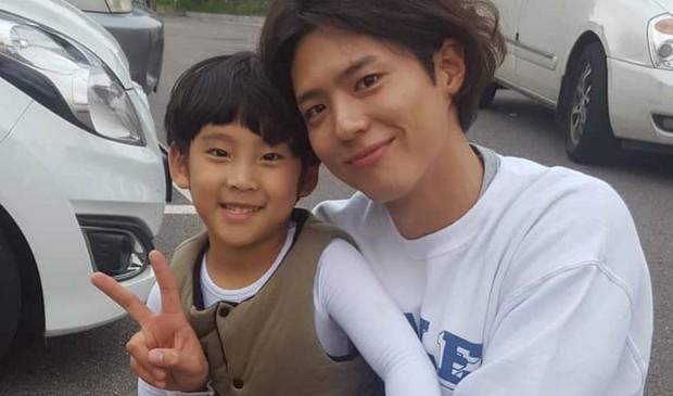 Không chỉ dịu dàng trên phim, Park Bo Gum còn là anh chú cực thân thiện ở hậu trường Encounter - Ảnh 5.
