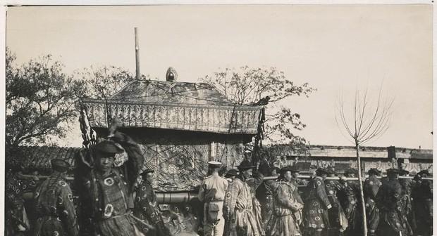 Ảnh hiếm trong tang lễ Từ Hi thái hậu qua ống kính phóng viên Hà Lan: Xa hoa bậc nhất, đoàn người đưa tiễn dài vô tận - Ảnh 8.