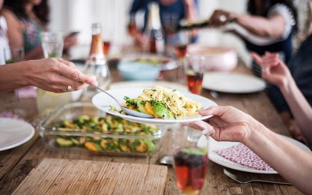 5 thói quen ăn uống tai hại khiến vòng 2 của bạn ngày càng phình to mất kiểm soát - Ảnh 2.