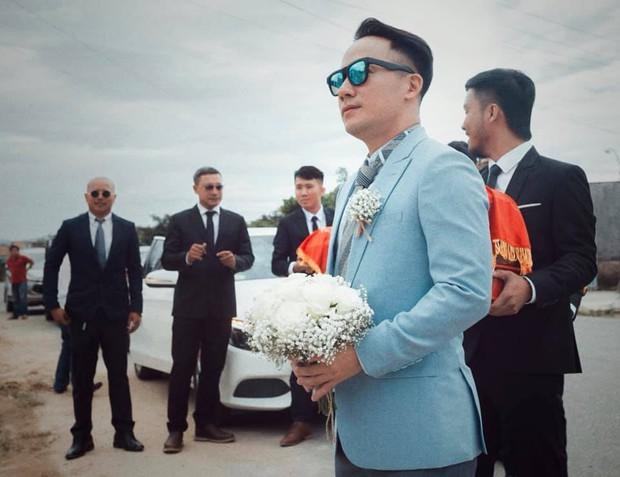 Loạt khoảnh khắc hiếm hoi trong ngày cưới của Tiến Đạt và bà xã 9x cuối cùng đã được hé lộ - Ảnh 1.