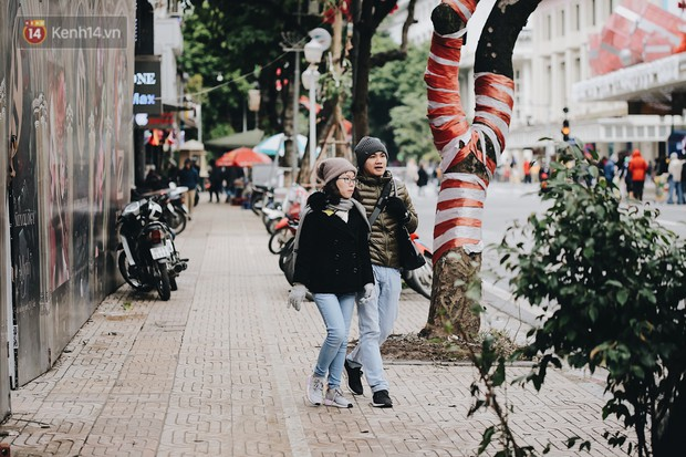 Phố đi bộ Hà Nội những ngày cuối năm: Cặp đôi tay trong tay sưởi ấm nhau trong tiết trời rét mướt 11 độ C - Ảnh 2.