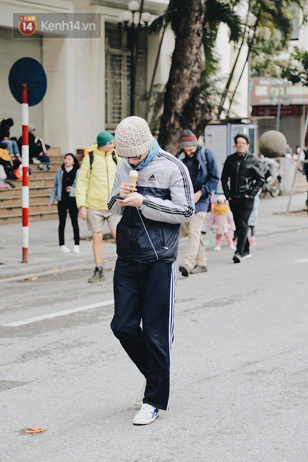 Phố đi bộ Hà Nội những ngày cuối năm: Cặp đôi tay trong tay sưởi ấm nhau trong tiết trời rét mướt 11 độ C - Ảnh 14.