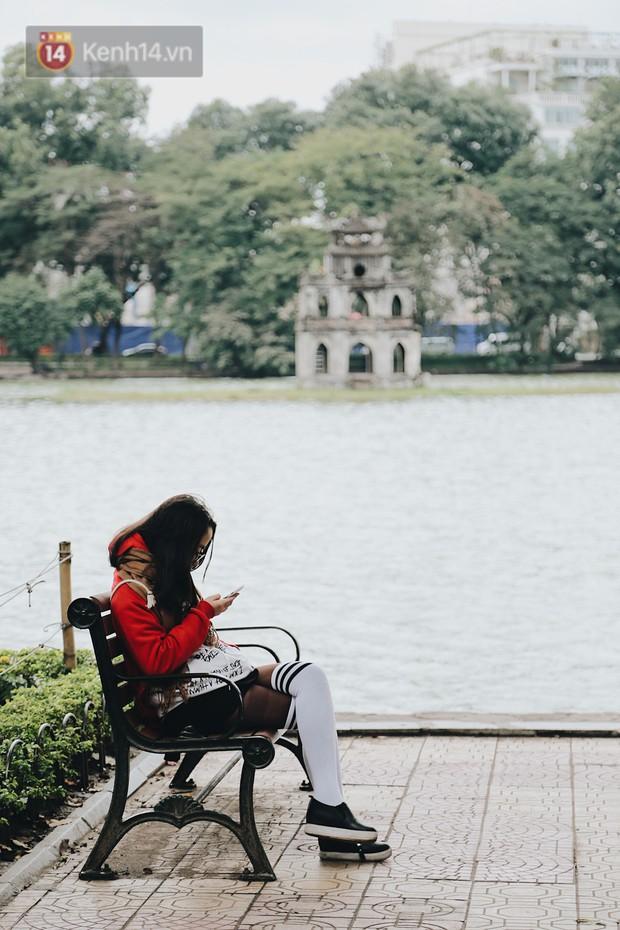 Phố đi bộ Hà Nội những ngày cuối năm: Cặp đôi tay trong tay sưởi ấm nhau trong tiết trời rét mướt 11 độ C - Ảnh 16.