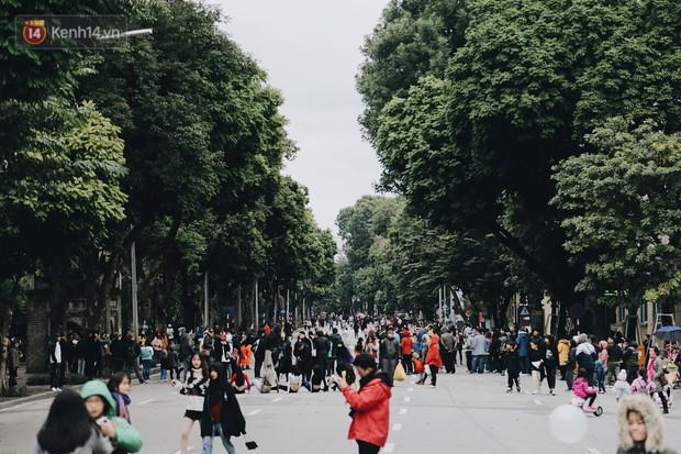 Phố đi bộ Hà Nội những ngày cuối năm: Cặp đôi tay trong tay sưởi ấm nhau trong tiết trời rét mướt 11 độ C - Ảnh 1.