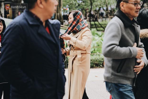 Phố đi bộ Hà Nội những ngày cuối năm: Cặp đôi tay trong tay sưởi ấm nhau trong tiết trời rét mướt 11 độ C - Ảnh 7.