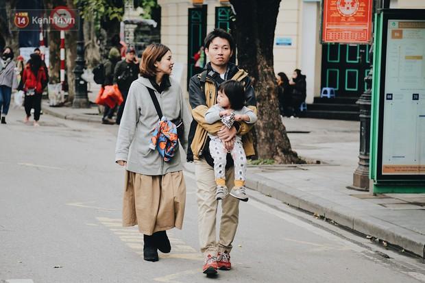 Phố đi bộ Hà Nội những ngày cuối năm: Cặp đôi tay trong tay sưởi ấm nhau trong tiết trời rét mướt 11 độ C - Ảnh 8.