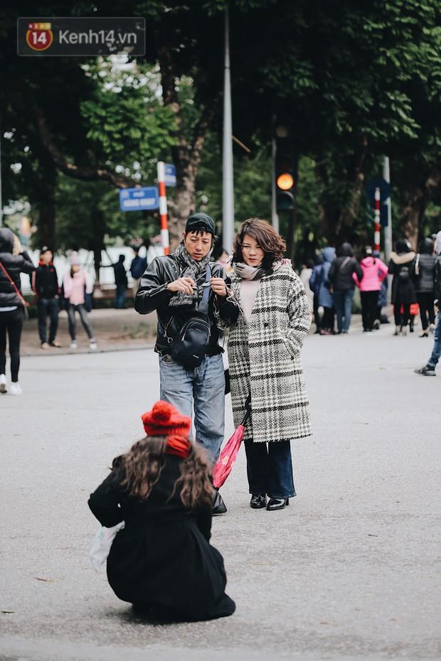 Phố đi bộ Hà Nội những ngày cuối năm: Cặp đôi tay trong tay sưởi ấm nhau trong tiết trời rét mướt 11 độ C - Ảnh 4.
