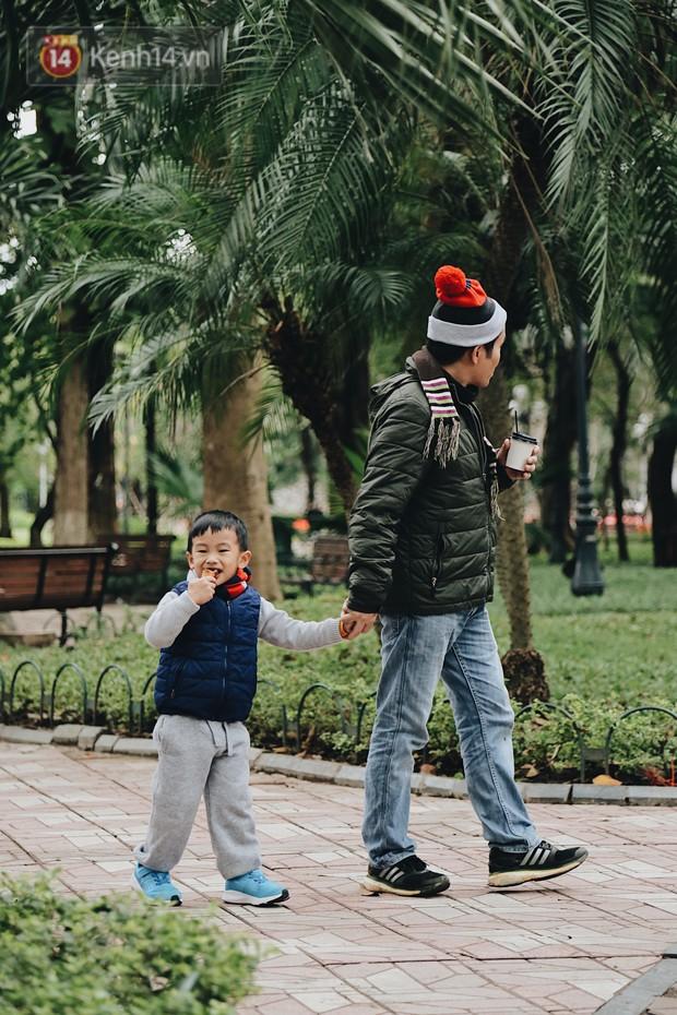 Phố đi bộ Hà Nội những ngày cuối năm: Cặp đôi tay trong tay sưởi ấm nhau trong tiết trời rét mướt 11 độ C - Ảnh 6.