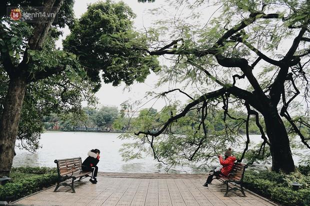 Phố đi bộ Hà Nội những ngày cuối năm: Cặp đôi tay trong tay sưởi ấm nhau trong tiết trời rét mướt 11 độ C - Ảnh 9.