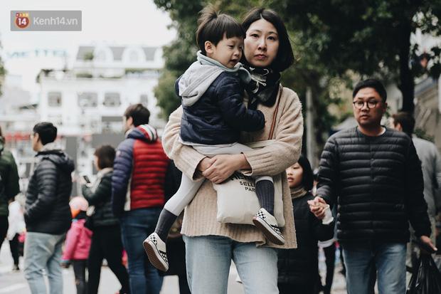 Phố đi bộ Hà Nội những ngày cuối năm: Cặp đôi tay trong tay sưởi ấm nhau trong tiết trời rét mướt 11 độ C - Ảnh 13.