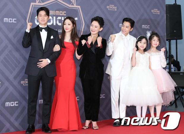 Thảm đỏ MBC Drama Awards: Sao nhí một thời lấn át Seohyun và loạt mỹ nhân hở bạo, So Ji Sub dẫn đầu dàn minh tinh - Ảnh 31.