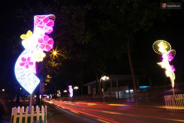 Chùm ảnh: Đường phố trung tâm Sài Gòn được trang trí ánh sáng lung linh để chào đón năm mới 2019 - Ảnh 9.