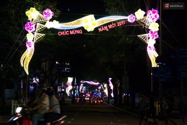 Chùm ảnh: Đường phố trung tâm Sài Gòn được trang trí ánh sáng lung linh để chào đón năm mới 2019 - Ảnh 1.