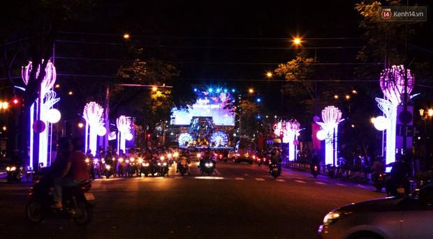 Chùm ảnh: Đường phố trung tâm Sài Gòn được trang trí ánh sáng lung linh để chào đón năm mới 2019 - Ảnh 5.