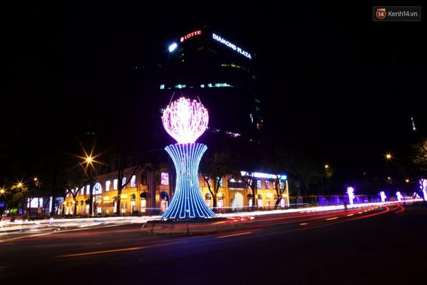 Chùm ảnh: Đường phố trung tâm Sài Gòn được trang trí ánh sáng lung linh để chào đón năm mới 2019 - Ảnh 4.