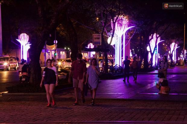Chùm ảnh: Đường phố trung tâm Sài Gòn được trang trí ánh sáng lung linh để chào đón năm mới 2019 - Ảnh 6.