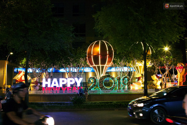 Chùm ảnh: Đường phố trung tâm Sài Gòn được trang trí ánh sáng lung linh để chào đón năm mới 2019 - Ảnh 3.