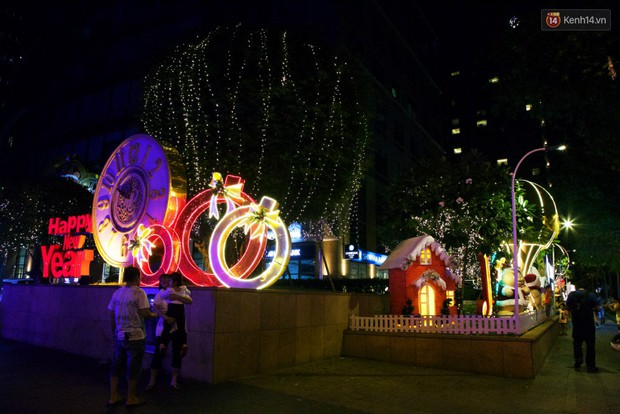 Chùm ảnh: Đường phố trung tâm Sài Gòn được trang trí ánh sáng lung linh để chào đón năm mới 2019 - Ảnh 12.