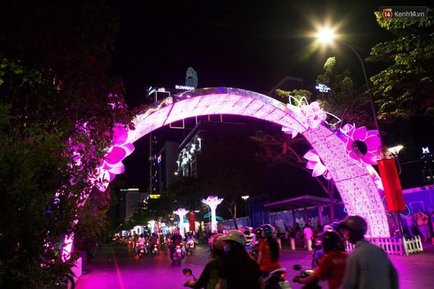 Chùm ảnh: Đường phố trung tâm Sài Gòn được trang trí ánh sáng lung linh để chào đón năm mới 2019 - Ảnh 10.
