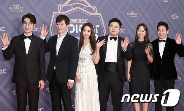 Thảm đỏ MBC Drama Awards: Sao nhí một thời lấn át Seohyun và loạt mỹ nhân hở bạo, So Ji Sub dẫn đầu dàn minh tinh - Ảnh 15.